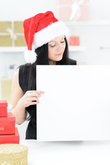 weihnachtsfrau mit hinweisschild