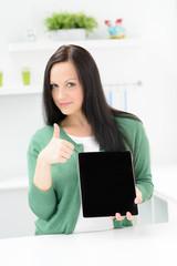 erfolgreiche junge frau mit tablet pc