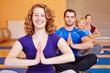 Lachende Frau im Yogakurs