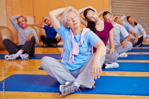 Leinwanddruck Bild Gruppe beim Rückentraining im Fitnesscenter