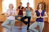 Frauen machen Yoga im Sportstudio