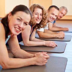 Frauen und Männer im Fitnesscenter