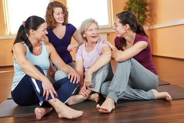 Frauen reden im Fitnesscenter