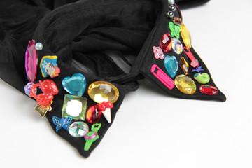 colletto di camicia con strass colorati
