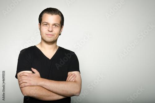 mann mit verschränkten armen