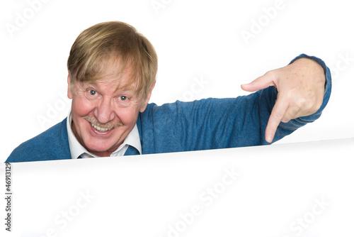 Älterer Mann zeigt auf...