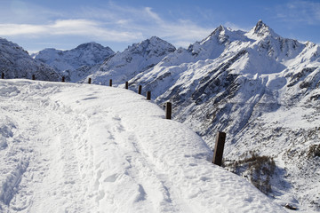 strada innevata sulle alpi