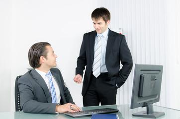Zwei Arbeitskollegen sprechen miteinander