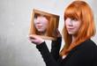 Spiegelblick Frau mit roten Haaren