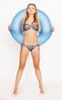Attraktive junge Frau mit Schwimmring