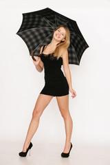 Attrakive Frau im sexy Kleid mit Regenschirm