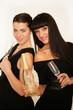Zwei Freundinnen mit schwarzem Abendkleid und Champagner