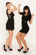 Zwei Mädchen tanzen wild auf einer Party