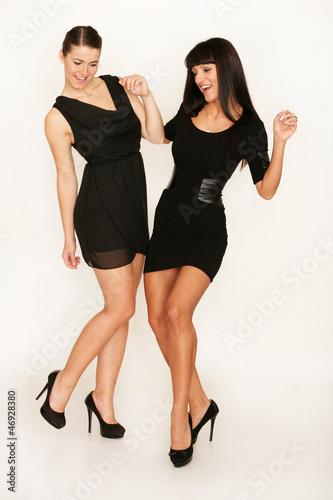 Zwei attraktive Frauen tanzen auf einer Party
