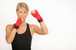 Entschlossene junge Boxerin