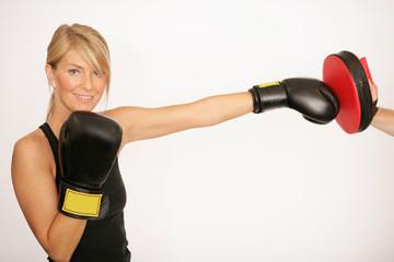 Junge sportliche Boxerin