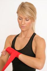 Junge Boxerin bandagiert ihre Hände