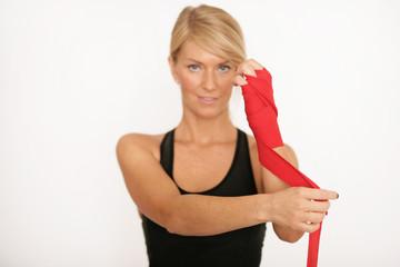 Attraktive Frau bindet ihren Arm ein