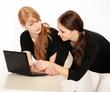 Zwei Mächen beim surfen im Internet