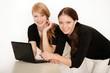 Junge Mädchen arbeiten am Laptop