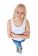 Attraktive junge Frau schaut nach oben