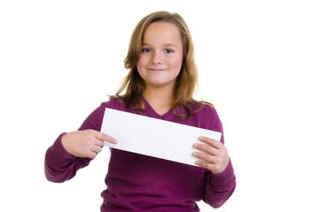 Mädchen zeigt auf Hinweisschild