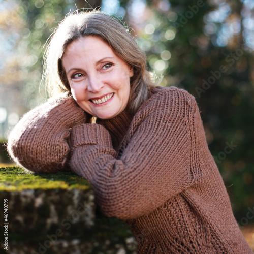 Schöne Dame im Herbst