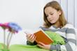 Mädchen liest gemütlich ein Buch