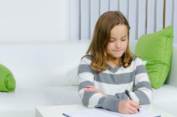 Mädchen schreibt in ein Buch