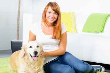 junge frau mit ihrem hund
