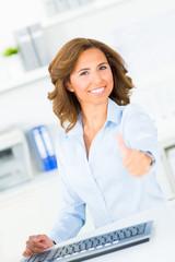 motivierte geschäftsfrau zeigt daumen hoch
