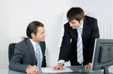 Zwei Arbeitskollegen sprechen einen Termin ab