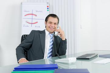 angestellter führt kundengespräch