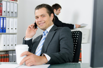 manager telefoniert mit smartphone