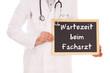Arzt mit Schild - Wartezeit beim Facharzt