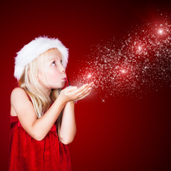 süßes Mädchen pustet Sternchenstaub