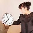 Attraktive Frau ist erschrocken über die Uhrzeit
