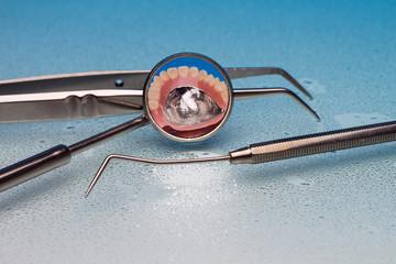 Zahnarztbesteck auf weissblauem hintergrund