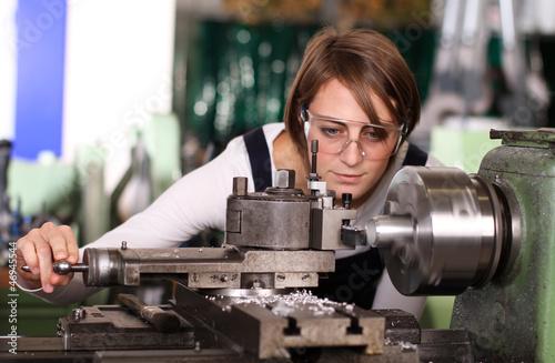 Junge Frau an der Drehmaschine - 46945544