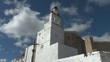 zeitraffer kirchturm mit wolken vor blauem himmel