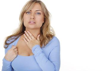 Junge Frau fasst sich an den Hals bei Halsschmerzen
