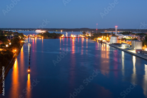 Staande foto Kanaal Schleusen des Nord-Ostsee-Kanals in Kiel bei Nacht