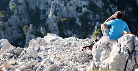 Randonneurs assis dans les rochers