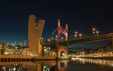 Puente en Bilbao al anochecer