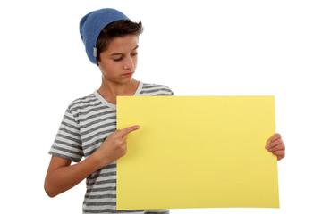 Junge zeigt auf Plakat