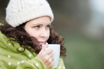 frau wärmt sich mit einer tasse tee im winter