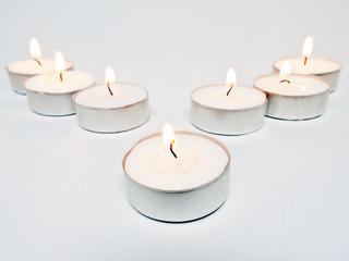 7 brennende Teelichter