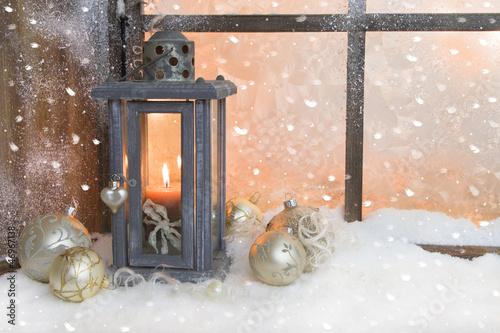 aufkleber weihnachtsfenster mit schnee und laterne fototapeten aufkleber poster. Black Bedroom Furniture Sets. Home Design Ideas