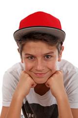 Freundlicher Junge mit roter Mütze
