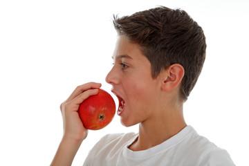 Junge mit Apfel
